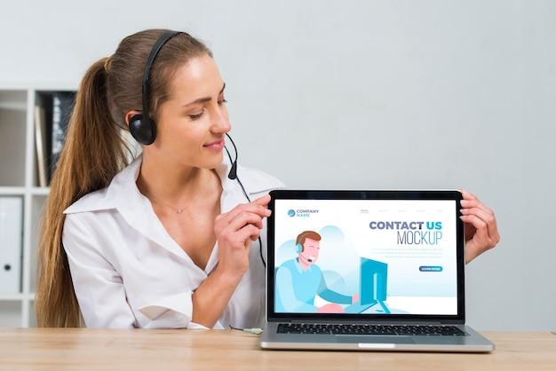 Operador de centro de llamadas mirando una computadora portátil de maqueta