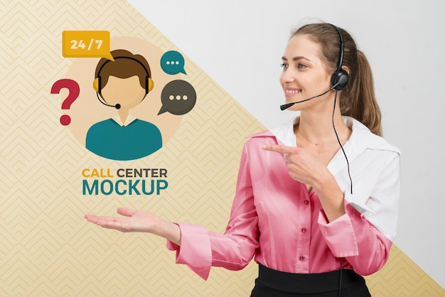 Operador de centro de llamadas mirando maqueta de centro de llamadas