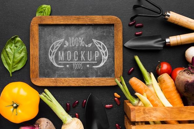 Opstelling van gereedschappen en mock-up van lokaal geteelde groenten