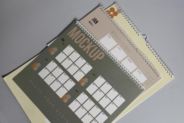 Opstelling van mock-up kalender binnenshuis Premium Psd