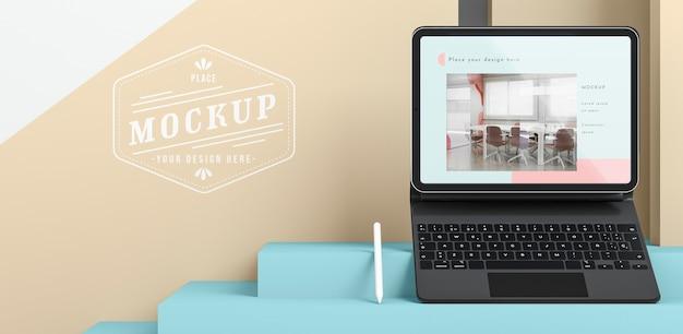 Opstelling van moderne tablet met toetsenbord in bijlage en exemplaarruimte