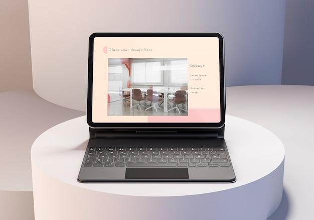 Opstelling van moderne tablet met toetsenbord in bijlage