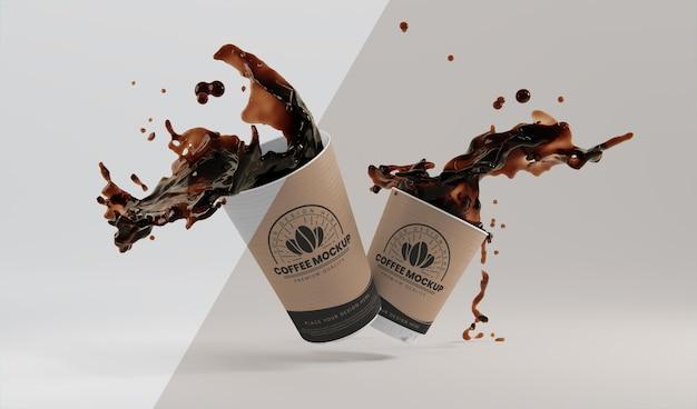 Opstelling van papieren koffiekopje met koffieplons