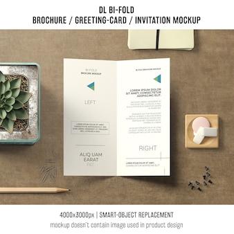 Opuscolo bi-fold o mockup di invito con il concetto di natura morta