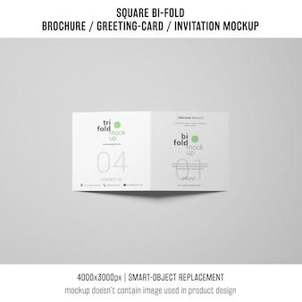 Opuscolo quadrato bi-fold o cartolina d'auguri mockup su sfondo grigio