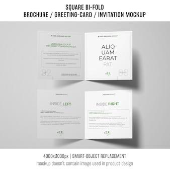 Opuscolo quadrato bi-fold o cartolina d'auguri modello su sfondo bianco