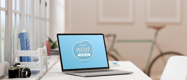 Ordenador portátil con pantalla de maqueta en el escritorio de trabajo