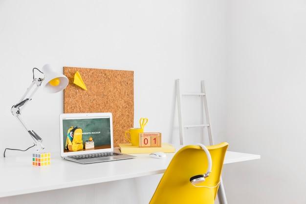 Ordenador portátil con pantalla mockup en espacio de trabajo limpio y ordenado. con temática sobre educación