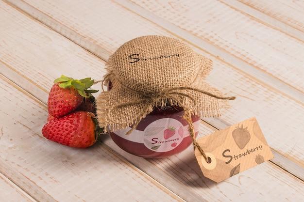 Organische honing met aardbeiaroma op lijst