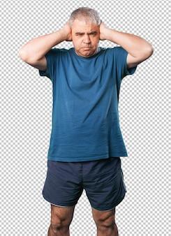 Oudere man hoofdpijn gebaar
