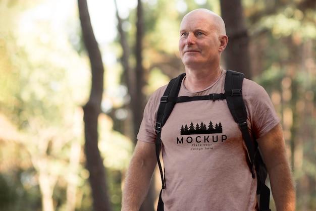 Oudere man op camping met een mock-up t-shirt