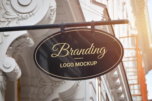 Ovale vorm traditionele bewegwijzering logo mockup in het oude stadscentrum