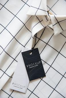 Overhemd met een mockup van het prijskaartjeontwerp