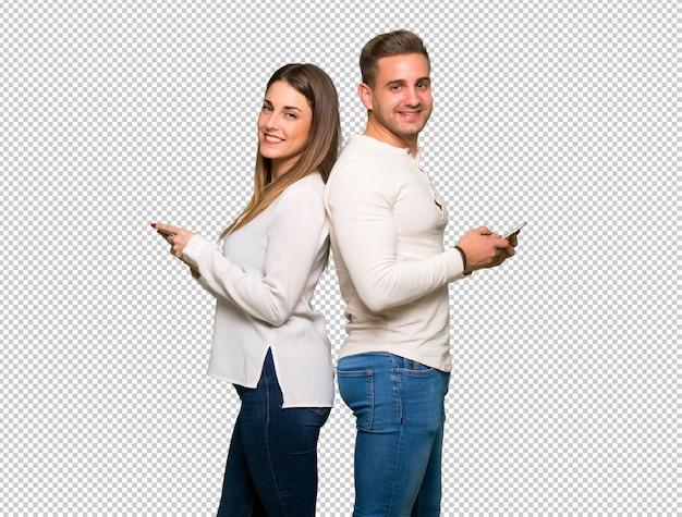 Paar dat in valentijnskaartdag een bericht met mobiel verzendt