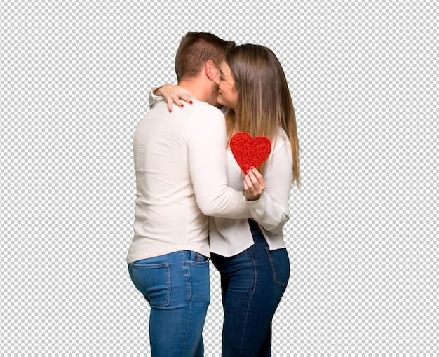 Paar in dag die van de valentijnskaart en met een roos koestert