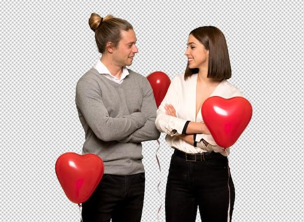 Paar in en valentijnskaart die stellen die aan de voorzijde kijken lachen