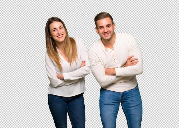 Paar in valentijnskaartdag die de wapens houden gekruist terwijl het glimlachen