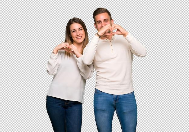 Paar in valentijnskaartdag die hartsymbool maken door handen