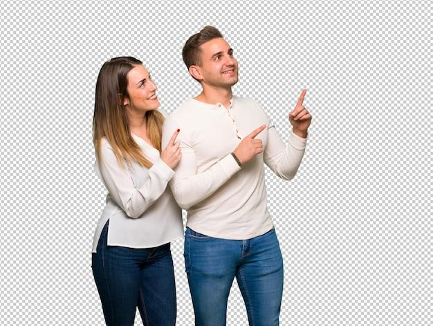 Paar in valentijnskaartdag die met de index benadrukken