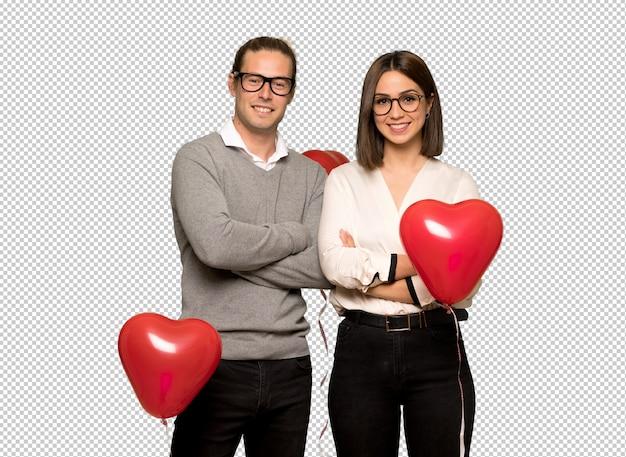 Paar in valentijnskaartdag met glazen en gelukkig