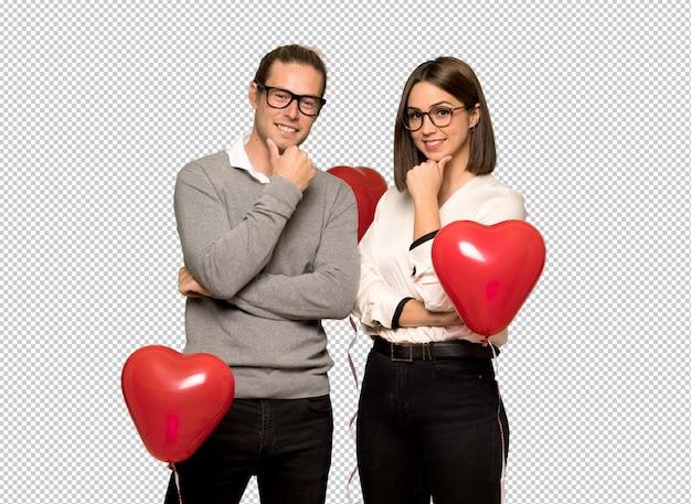 Paar in valentijnskaartdag met glazen en het glimlachen
