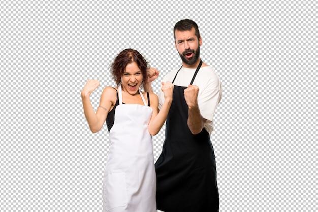 Paar koks die een overwinning vieren en blij dat ze een prijs hebben gewonnen