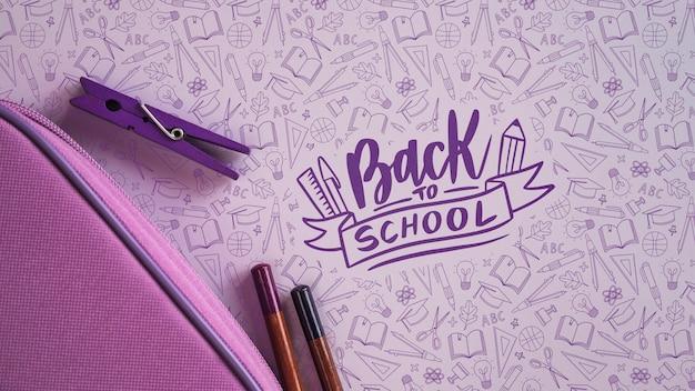 Paarse benodigdheden voor terug naar school-evenement