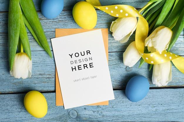 Paasvakantie wenskaart mockup met gekleurde eieren