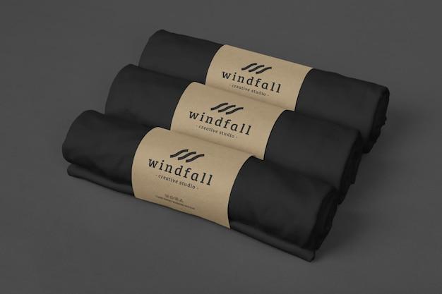 Pakket met mockup-ontwerp met t-shirt-rol
