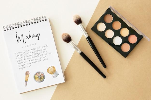 Paleta de maquillaje y disposición de pinceles
