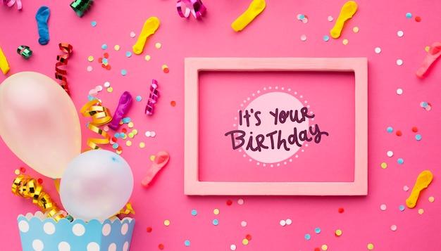 Palloncini di compleanno con coriandoli colorati