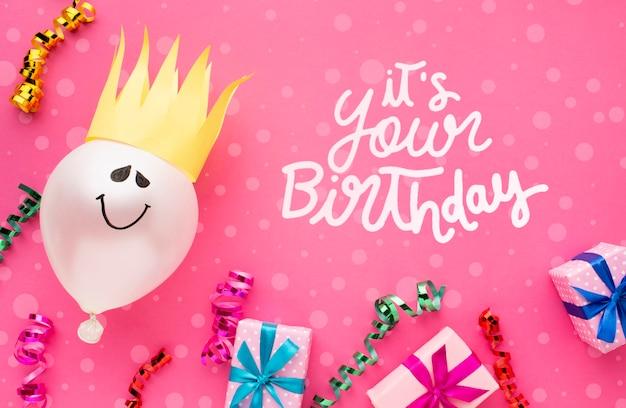 Palloncini di compleanno con regali bianchi