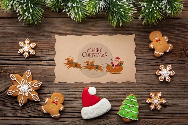 Pan de jengibre plano y hojas de pino de navidad