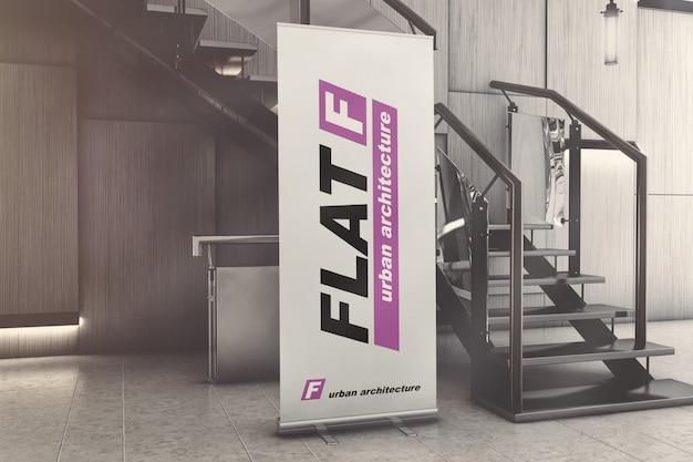 Pancarta de pie enrollable en maqueta de sala de exposiciones