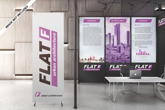 Pancarta x y paneles gráficos en maqueta de sala de exposiciones.