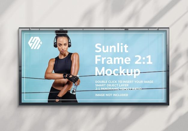Panoramisch reclamebord opknoping op zonovergoten muur mockup
