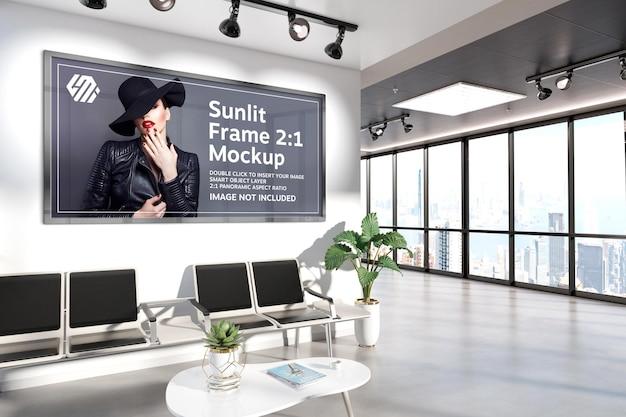 Panoramische frames die op het mockup van de bureaumuur hangen