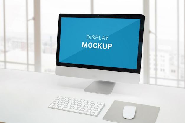Pantalla de computadora en escritorio de oficina con pantalla aislada para maqueta, diseño o presentación del producto.