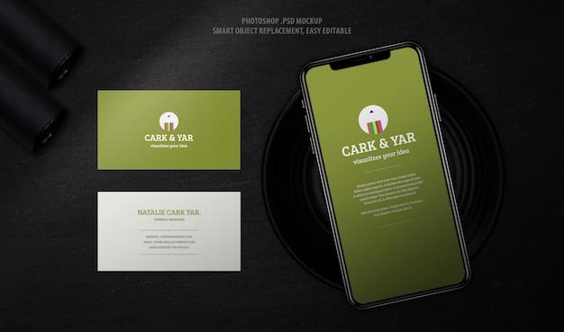 Pantalla del teléfono móvil con maqueta de tarjeta de visita