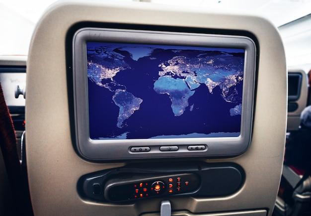 Pantalla visual de entretenimiento en un avión.