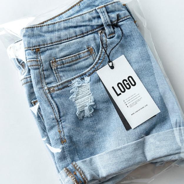 Pantaloncini jeans strappati con un mockup di tag