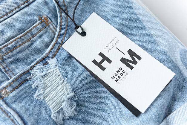 Pantalones cortos de jean rasgados con una maqueta de etiqueta