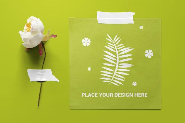 Papel cuadrado y flores pegadas a la maqueta del tablero