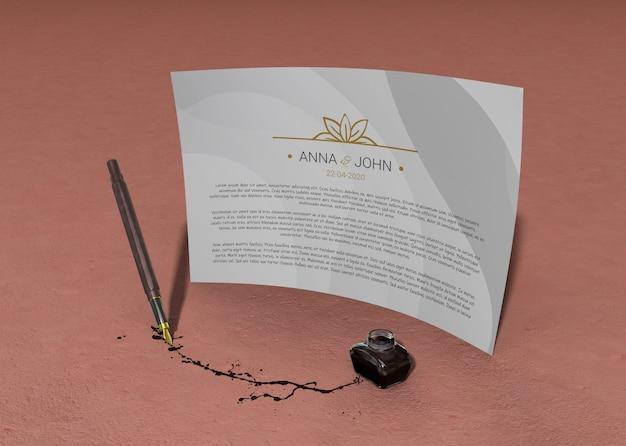 Papel de maqueta de contrato individual y bolígrafo con tinta