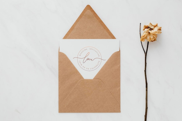 Papel marrón con una maqueta de tarjeta.