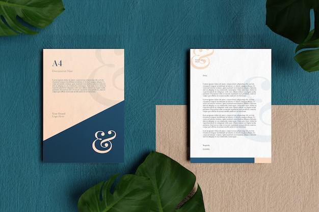 Papel con membrete a4 y maqueta de papelería en piso azul