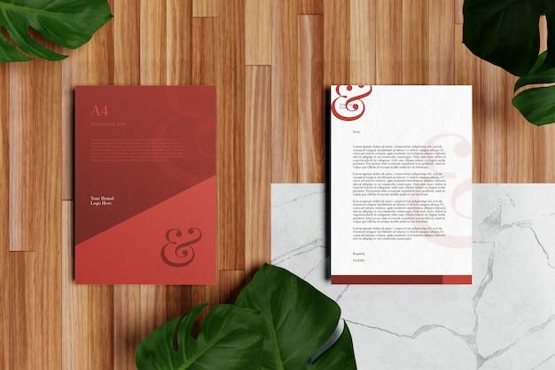 Papel con membrete a4 y maqueta de papelería en piso de madera
