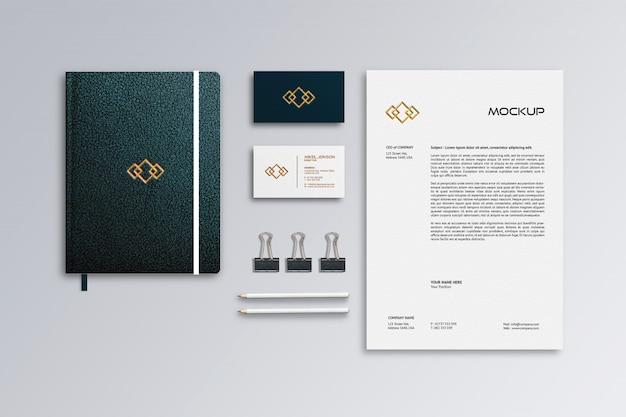 Papel con membrete, tarjeta de presentación y maqueta de cuaderno de cuero
