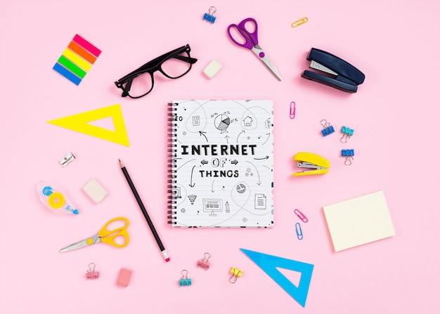 Papelería de escritorio y cuaderno