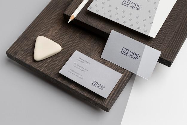 Papelería de maqueta de alto ángulo en composición de madera